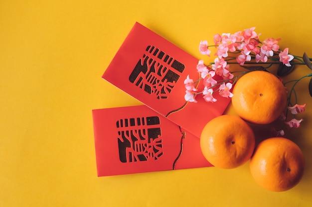 Vue de dessus des décorations du festival du nouvel an chinois sur fond jaune. espace libre pour le texte