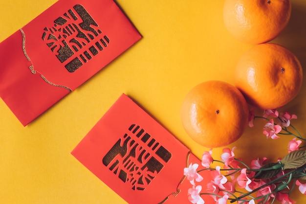 Vue de dessus des décorations du festival du nouvel an chinois sur fond jaune.