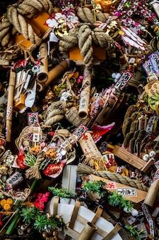 Vue de dessus des décorations du temple japonais