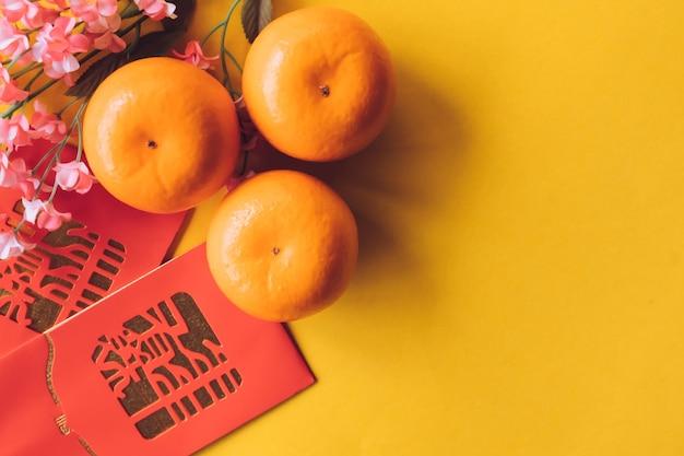 Vue de dessus des décorations de fête du nouvel an chinois sur fond jaune.