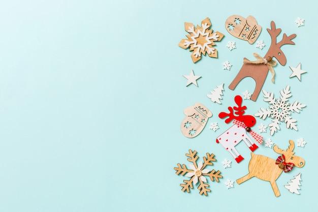Vue de dessus des décorations de fêtes et des jouets sur fond bleu. concept d'ornement de noël avec un espace vide pour votre conception