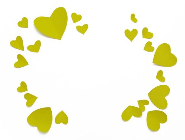 Vue de dessus des décorations de la saint-valentin à plat. coeurs jaunes verts. bannière de la saint-valentin heureuse