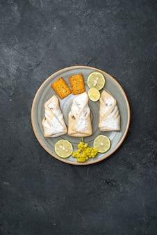 Vue de dessus délicieuse pâte avec du sucre en poudre et des craquelins sur fond gris foncé pâtisserie cuire au four sucre gâteau sucré