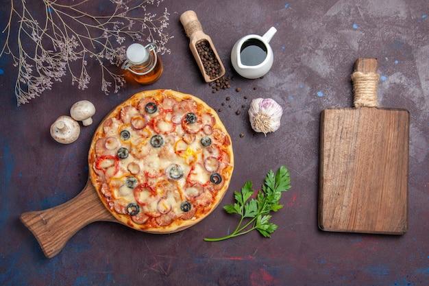 Vue de dessus délicieuse pizza aux champignons avec fromage et olives sur la surface sombre repas nourriture pâte collation pizza italienne