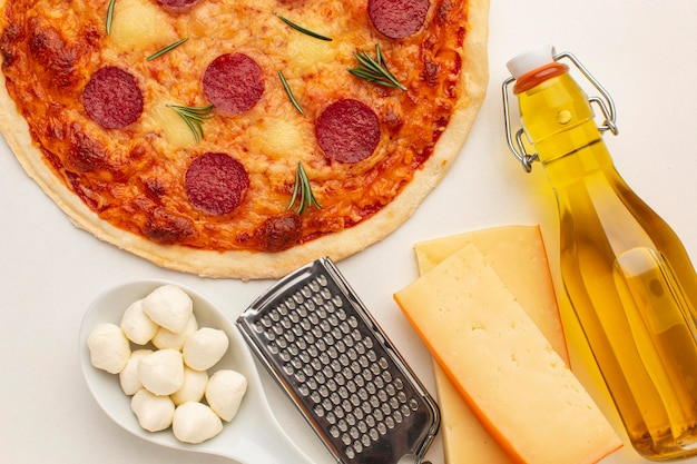 Vue de dessus délicieuse pizza et bouteille d'huile