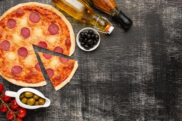 Vue de dessus délicieuse pizza avec espace copie