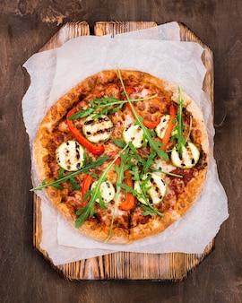 Vue de dessus délicieuse pizza à la roquette