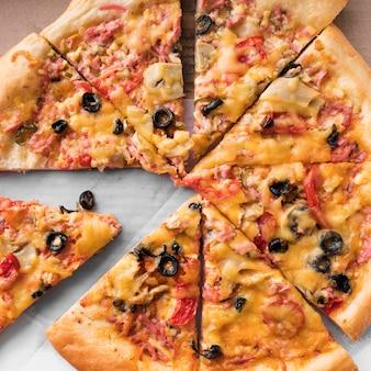 Vue de dessus délicieuse pizza en tranches