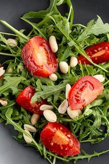 Vue de dessus délicieuse salade sur close-up de plaque sombre
