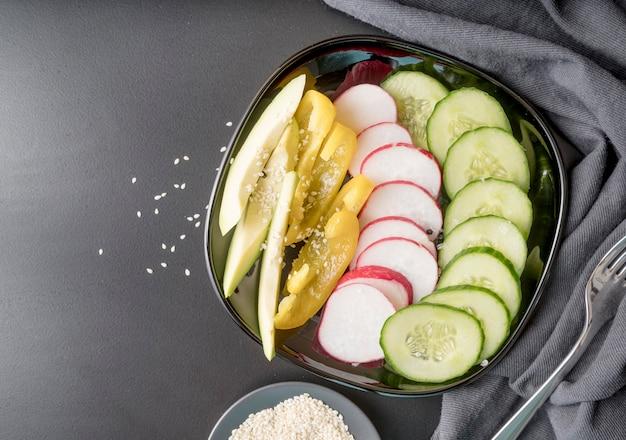Vue de dessus délicieuse salade de légumes frais