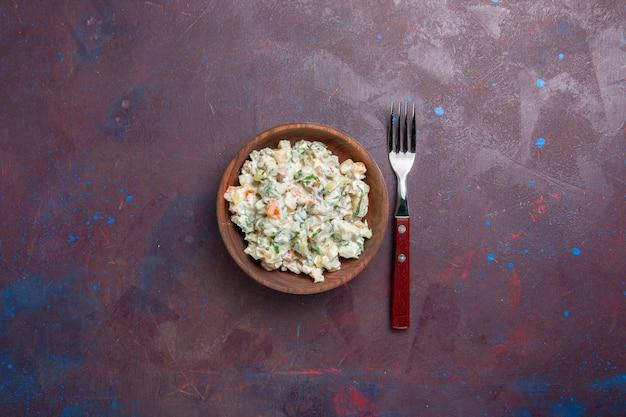 Vue de dessus délicieuse salade mayyonaise avec du poulet à l'intérieur de la plaque sur l'espace sombre