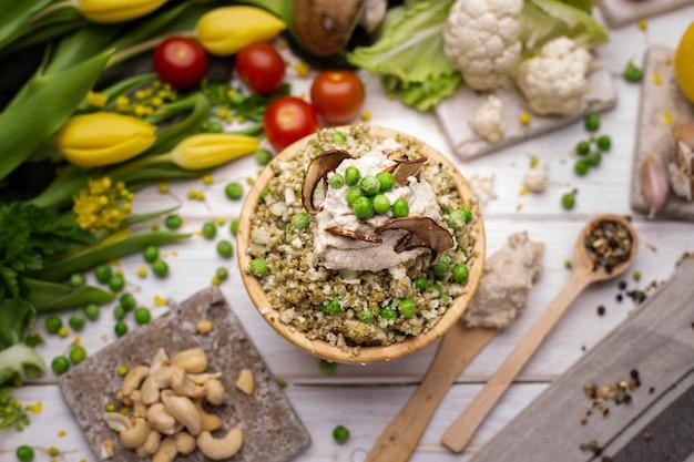 Vue de dessus de la délicieuse salade végétalienne dans le bol