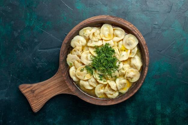 Vue de dessus délicieuse soupe aux boulettes avec des légumes verts sur la surface verte