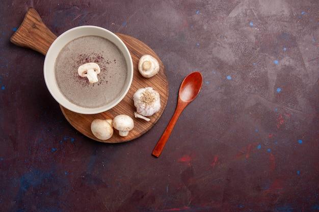 Vue de dessus délicieuse soupe aux champignons avec des champignons frais sur un espace sombre