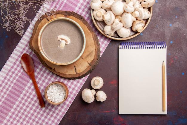 Vue de dessus délicieuse soupe aux champignons avec des champignons frais sur un espace violet foncé