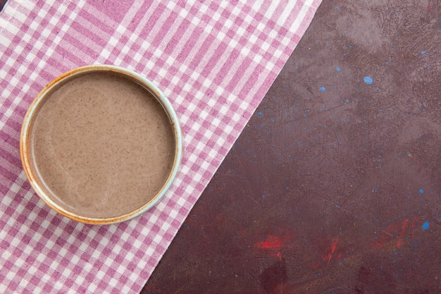 Vue de dessus délicieuse soupe aux champignons à l'intérieur d'une assiette ronde sur un espace sombre