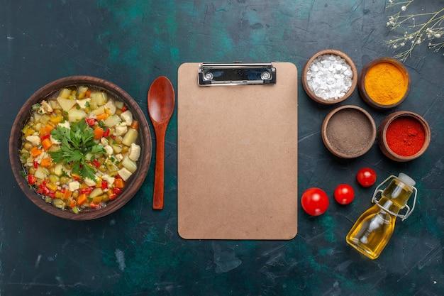 Vue de dessus délicieuse soupe aux légumes avec de l'huile et différents assaisonnements sur fond sombre ingrédient soupe aux légumes huile de salade