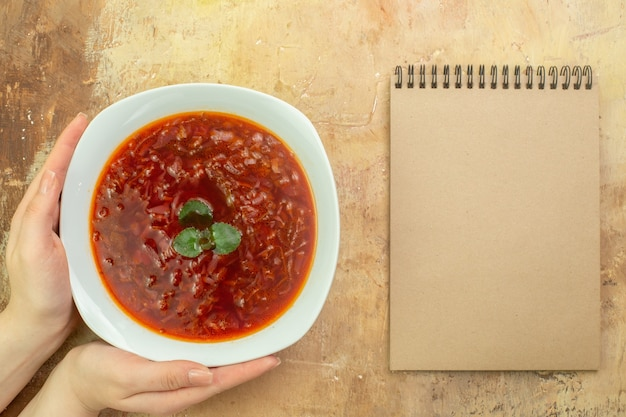 Vue de dessus délicieuse soupe de betterave rouge ukrainienne au bortsch