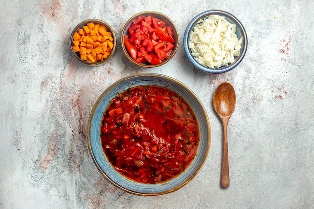 Vue de dessus délicieuse soupe de betterave ukrainienne bortsch sur un espace blanc