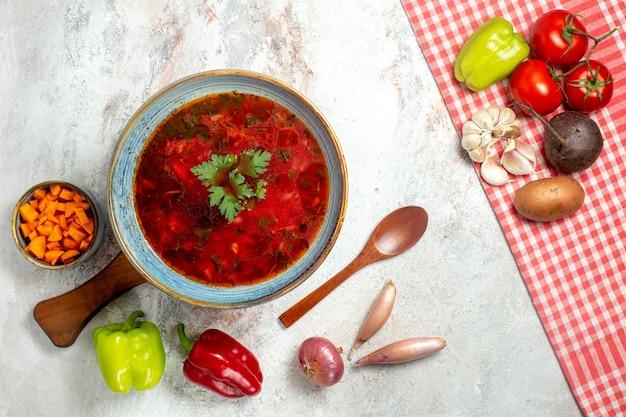 Vue de dessus délicieuse soupe de betterave ukrainienne célèbre de bortsch sur un bureau blanc