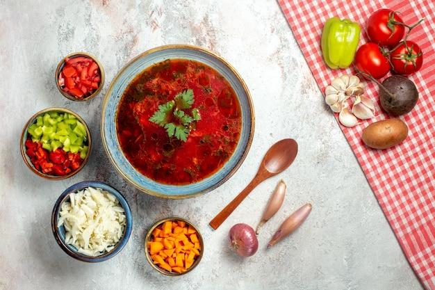 Vue de dessus délicieuse soupe de betterave ukrainienne célèbre de bortsch sur un espace blanc