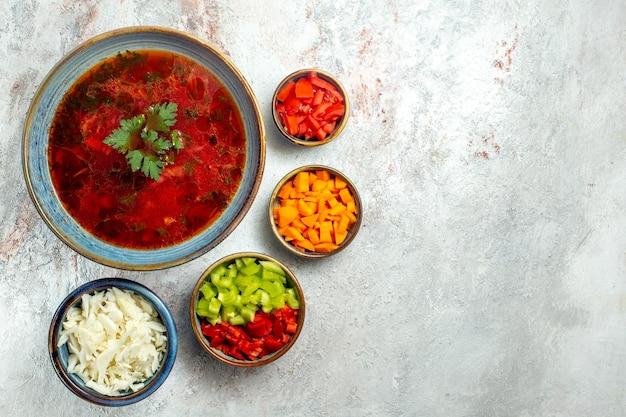 Vue de dessus délicieuse soupe de betterave ukrainienne célèbre de bortsch avec de la viande sur un espace blanc