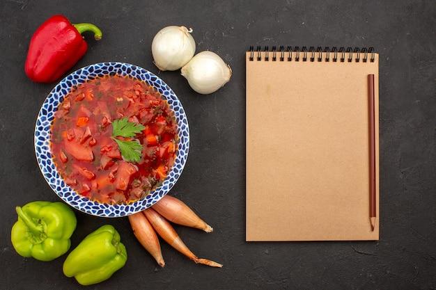Vue de dessus de la délicieuse soupe de betteraves ukrainienne au bortsch avec des légumes frais sur l'espace sombre