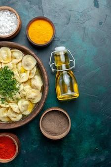 Vue de dessus délicieuse soupe de boulettes avec différents assaisonnements sur un fond vert soupe de pâte de nourriture de légumes de viande
