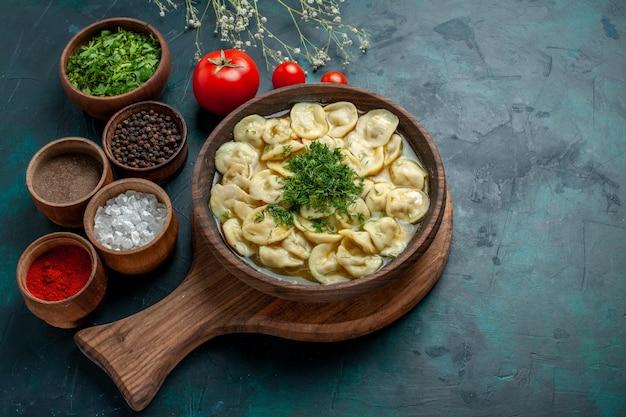 Vue de dessus délicieuse soupe de boulettes avec différents assaisonnements sur une soupe de pâte de légumes alimentaire de bureau vert