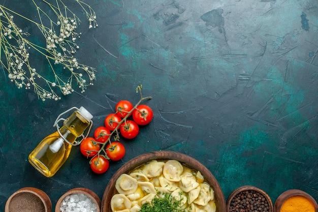 Vue de dessus délicieuse soupe de boulettes avec de l'huile et des assaisonnements sur fond vert pâte alimentaire repas soupe viande