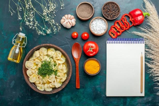 Vue de dessus délicieuse soupe de boulettes avec de l'huile et des assaisonnements sur la viande de pâte à soupe de nourriture de surface verte