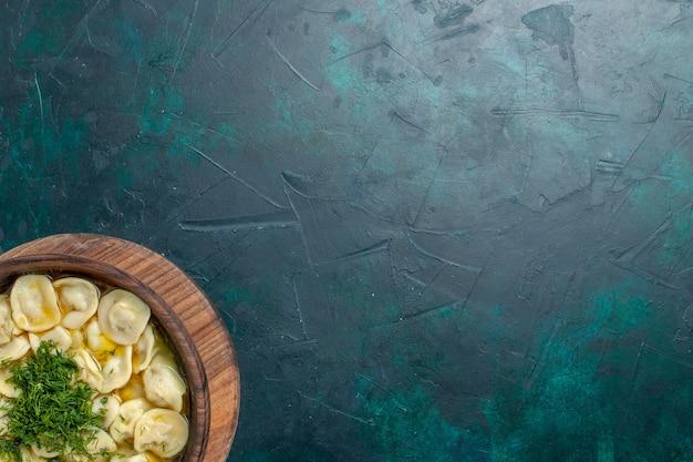 Vue de dessus délicieuse soupe de boulettes avec des légumes verts sur le fond vert soupe alimentaire pâte de légumes viande