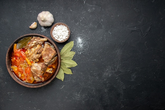 Vue de dessus délicieuse soupe de viande avec des légumes sur de la viande foncée couleur grise sauce repas plats chauds pomme de terre photo dîner plat