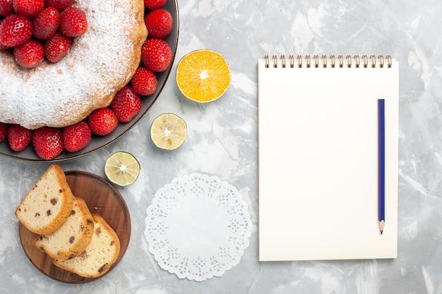 Vue de dessus délicieuse tarte aux fraises avec des fraises fraîches sur blanc