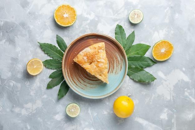 Vue de dessus délicieuse tarte aux pommes à l'intérieur de la plaque sur le bureau léger gâteau tarte biscuit sucre sucré cuire