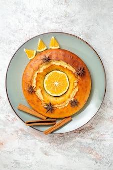 Vue de dessus délicieuse tarte ronde dessert délicieux pour le thé avec des tranches d'orange sur fond blanc gâteau aux fruits tarte biscuit thé dessert sucré