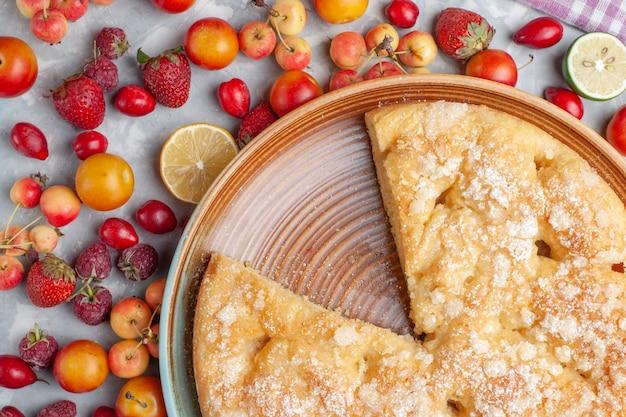 Vue de dessus délicieuse tarte sucrée cuite au four avec des fruits sur un bureau léger fruits frais moelleux cuire biscuit sucré