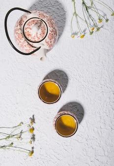Vue de dessus d'une délicieuse tisane sur fond de béton blanc