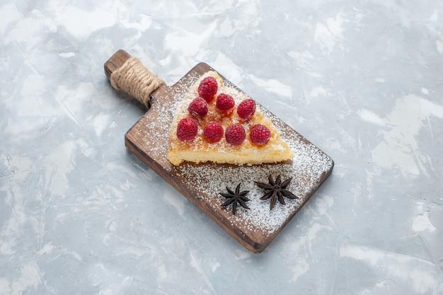 Vue de dessus délicieuse tranche de gâteau aux framboises sur le bureau léger biscuit gâteau au sucre sucré cuire au four