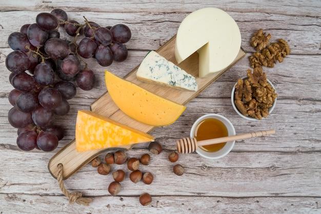 Vue de dessus délicieuse variété de fromage sur la table
