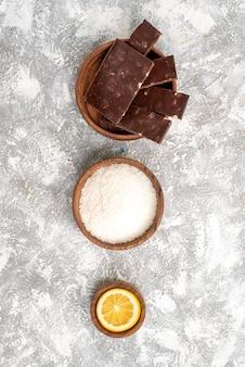 Vue de dessus de délicieuses barres de chocolat sur une surface blanche