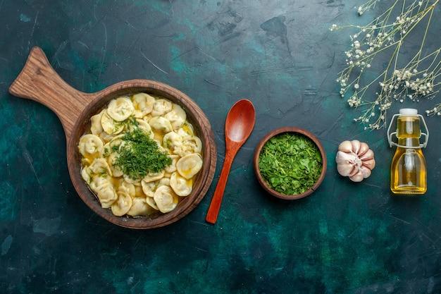Vue de dessus de délicieuses boulettes avec de l'huile et des légumes verts sur une surface vert foncé ingrédient alimentaire produit pâte viande légume