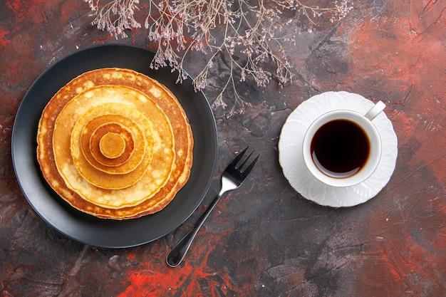 Vue de dessus sur de délicieuses crêpes au café
