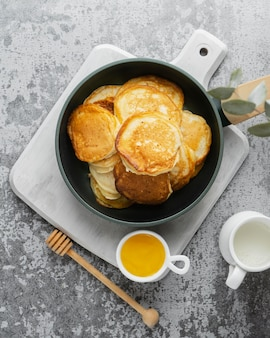 Vue de dessus de délicieuses crêpes et miel