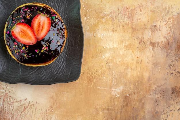 Vue de dessus de délicieuses crêpes sucrées avec glaçage au chocolat sur un bureau léger