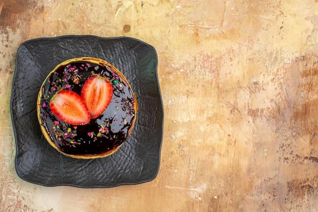 Vue de dessus de délicieuses crêpes sucrées avec glaçage au chocolat sur une surface légère