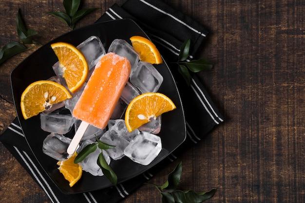 Vue de dessus de délicieuses glaces à l'orange sur table