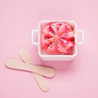 Vue de dessus de délicieuses glaces sur la table