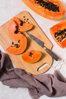 Vue de dessus de délicieuses papayes prêtes à être servies