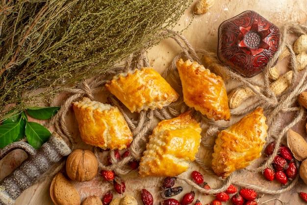 Vue de dessus de délicieuses pâtisseries aux noix gâteaux sucrés